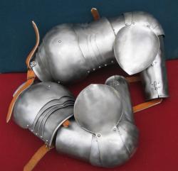 Руки латные рыцарские с двойными наборными наплечниками, пара.