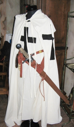Костюм и вооружение Рыцаря-Крестоносца Тевтонского Ордена 13 века.